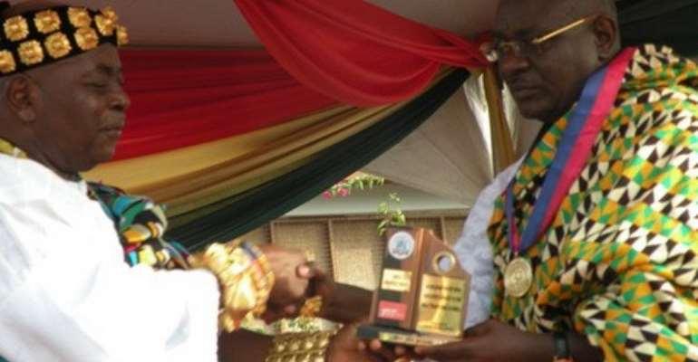 Awomefia of Anlo, Togbui Sri presenting Award plaque to Doe Adjaho