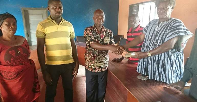 Mother and brother of Black Stars midfielder Agyemang-Badu handing over cash to the community