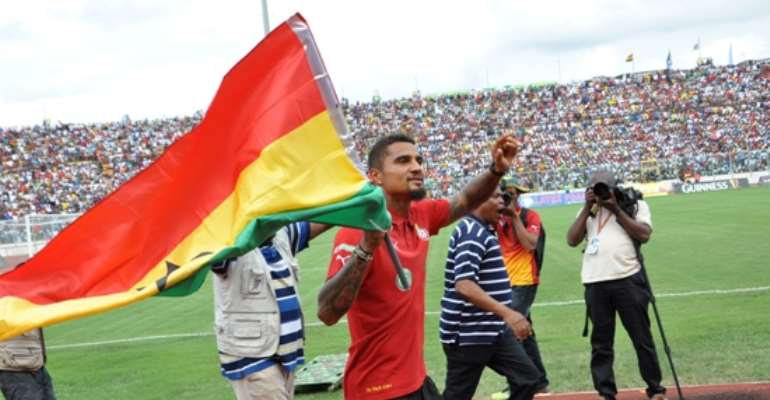 Kevin-Prince Boateng doing his lap of <span class=