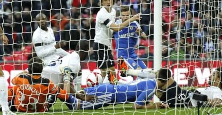 Drogba helps Chelsea into FA Cup final