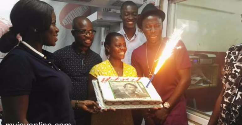 Photos: Stonebwoy surprises Multimedia with huge Christmas cakes