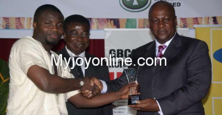 Samuel Agyeman receives the Prof. P.A.V. Ansah/GJA 2009 Best Journalist of the Year award from Vice President John Dramani Mahama. Looking on is Mr. Kwaku Boateng of Unilever Ghana, sponsor of the award.