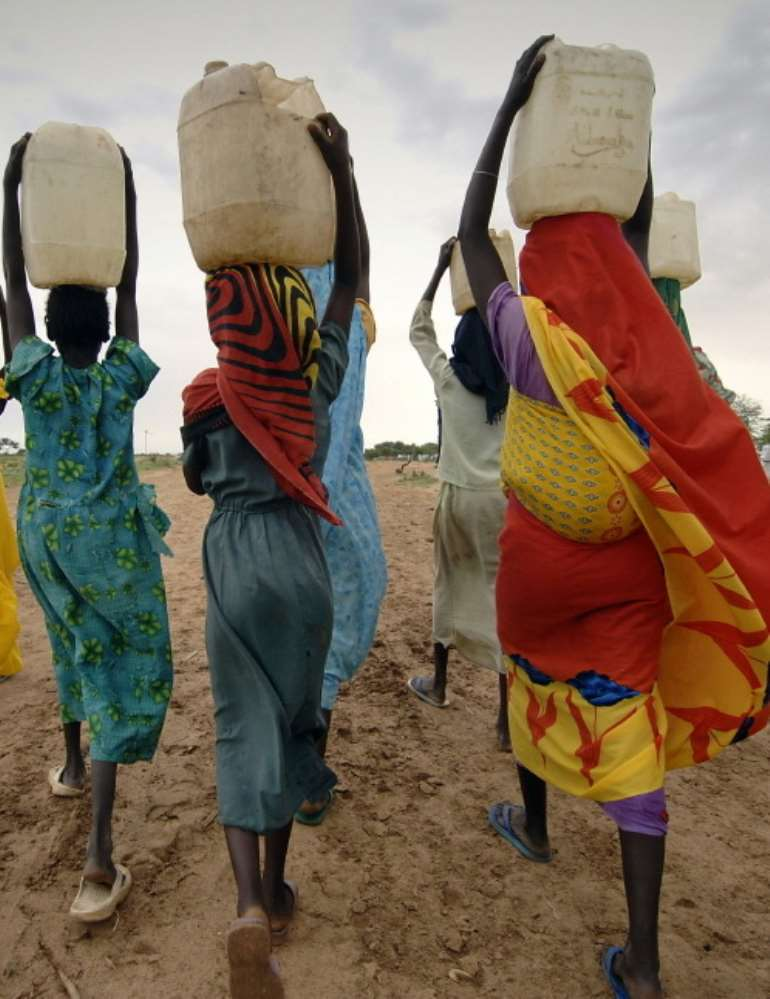 1010201980619-j4eq2762gb-women-carrying-water-on-their-heads-1