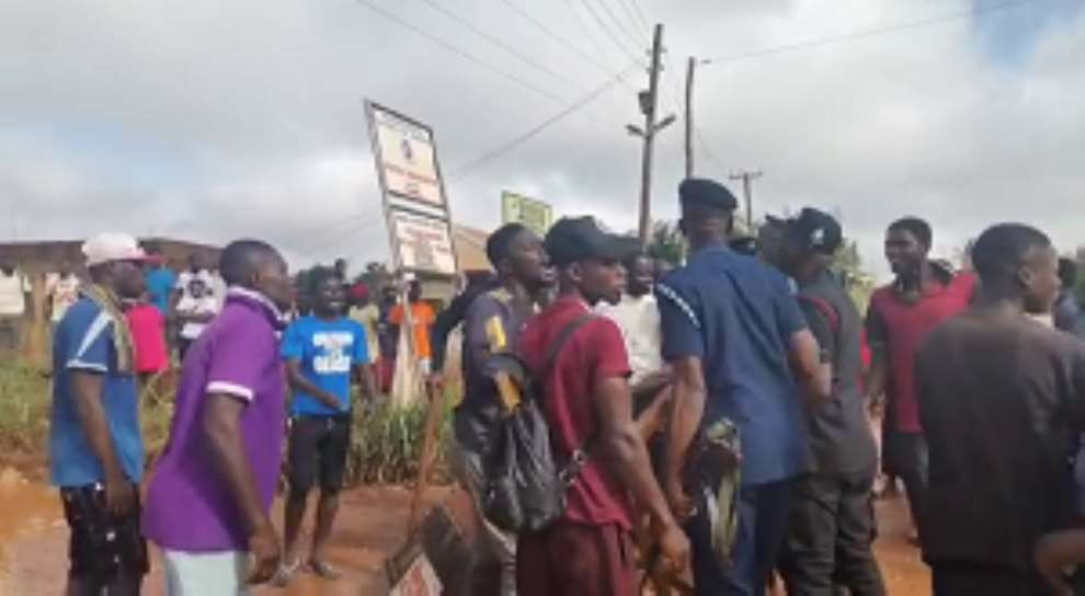 A/R: Santasi-Apire residents protesting over deplorable roads clash with police