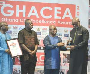 Biram FAll receiving the CSR e-Commerce Company of the Year from Dr. Adu Gyamfi, President of the AGI and Dr. Ibrahim Awal, Minister for Busines