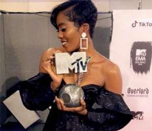 Tiwa Savage displaying her award