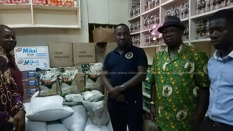 1262019100603-0e72ylkxwr-knust-alumni-donate-local-rice-to-food-bank-2