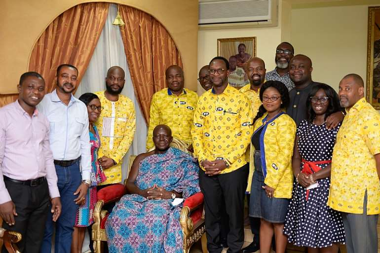 262020112518-rvmypdc553-mr-selorm-adadevoh-ceo-of-mtn-and-other-mtn-executives-in-a-pose-with-o.