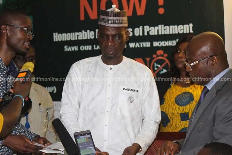 472017103714 parliamentreceivespetitiontostopgalamseynow8 1000x667
