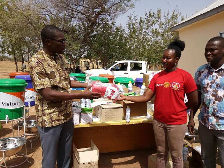 4272020112440-ptkwn0y442-representative-of-talensi-reciving-the-items-on-behalf-tongo-health-directotate