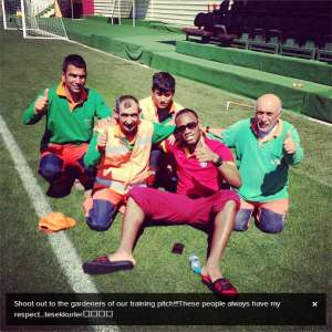 Drogba takes a picture with Galatasaray gardeners!