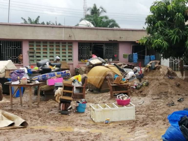 613202033603-g30n1r5edx-sepe-timpom-residents-block-road-over-flooding-1.jpeg