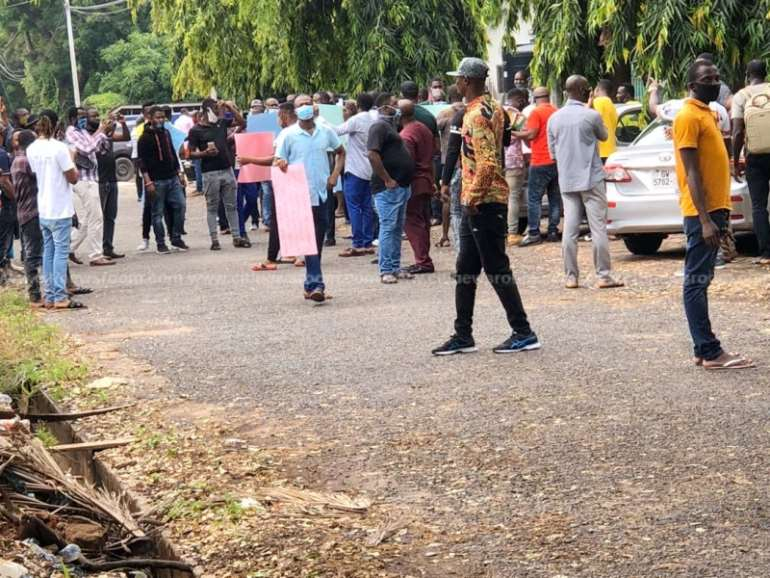 622202050605-8dt2wjivvq-protest-at-nigeria-high-commission1