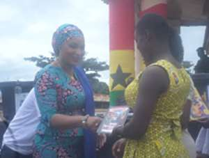 Samira Bawumia present books to pupils in the Wenchi municipality