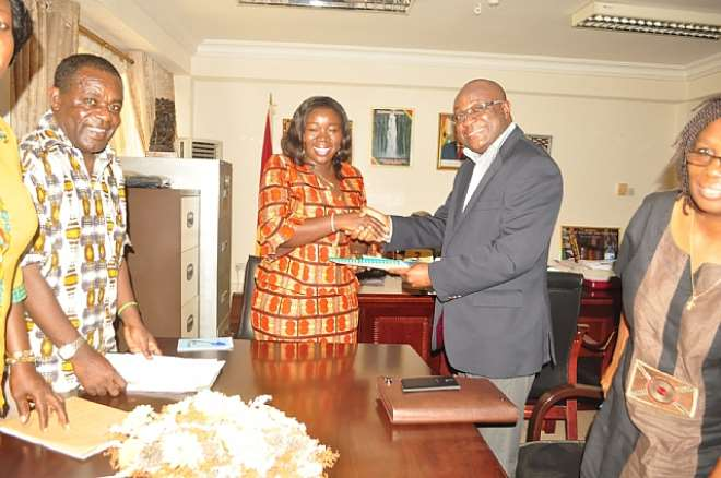 MR. HERBERT ACQUAYE, PRESIDENT OF THE GHANA HOTELS ASSOCIATION PRESENTING THE REPORT TO HON ELIZABETH OFOSU-ADJARE, MINISTER FOR TOURISM
