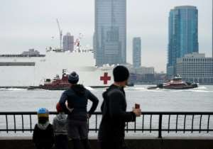 The USNS Comfort medical ship moves up the Hudson River as it arrives on March 30, 2020 in New York.  By Bryan R. Smith (AFP)