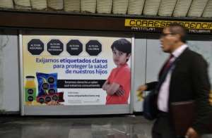 A subway poster in Mexico City talks about food labeling as the Mexican Congress discusses changes in the labeling of