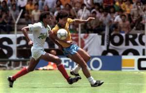 Algerian Lakhdar Belloumi (L) contests possession with Brazilian Careca during the 1986 World Cup in Mexico.  By RUDI SCHRADER (AFP)