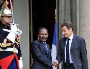 Nicolas Sarkozy welcomes Omar Bongo (left) prior to a bilateral meeting at the Elysee Palace in Paris.  By Gerard Cerles (AFP/File)
