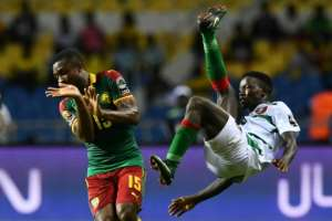 Cameroon's Sebastien Siani vies with Guinea-Bissau's Francisco Junior (R) during the 2017 Africa Cup of Nations group A football match in Libreville on January 18, 2017