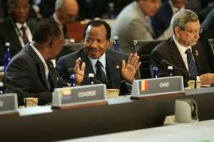 Chadian President Idriss Deby Itno (centre), pictured between Cameroonian President Paul Biya and Cape President Jorge Carlos de Almeida Fonseca at a 2014 US-Africa summit.  By CHIP SOMODEVILLA (GETTY IMAGES NORTH AMERICA/AFP)