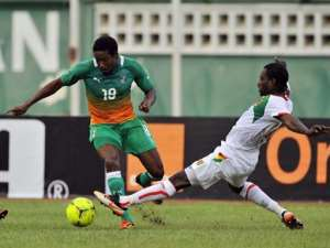 Ivory Coast's Keita Abdoul (L) vies with Guinea's Thierno Bah (R).  By Sia Kambou (AFP)
