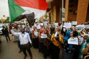 Employees demonstrate outside Bank of Khartoum on May 28, 2019.  By ASHRAF SHAZLY (AFP)