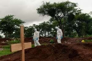 For mourners at Glen Forest, being unable to bury a loved one in the countryside is yet another source of ire on top of grinding economic hardships that have been compounded by the coronavirus pandemic.  By Jekesai NJIKIZANA (AFP)