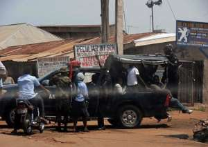 Police and military escort people out of Kaduna.  By Victor Ulasi (AFP/File)