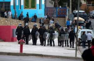 Moroccan police search for protestors from Morocco's al-Hirak al-Shaabi movement as they shout slogans on October 28, 2017 in the troubled northern town of Al Hoceima