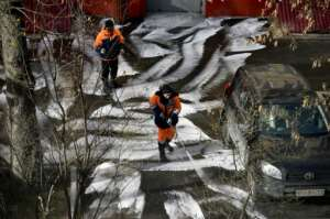 Municipal workers clean and disinfect walkways in a yard in Moscow, during the strict lockdown in Russia.  By Natalia KOLESNIKOVA (AFP)