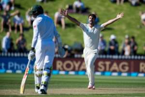 New Zealand bowler Colin De Grandhomme (R) takes three for 22 off 11 overs by lunch in the second Test in Wellington, March 17, 2017
