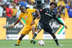 Siphiwe Tshabalala (L) playing for Kaizer Chiefs in a Soweto derby against Orlando Pirates..  By STRINGER (AFP)