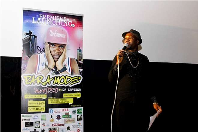 BRILLA FM'S MC KCEEBROWN, THRILLING THE GUESTS AT DA EMPEROR'S PARA MODE MUSIC VIDEO PREMIERE
