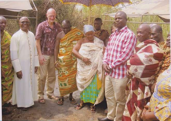 OMANHENE AND QUEEN MOTHER HWIDIEM AT PROJECT SITE