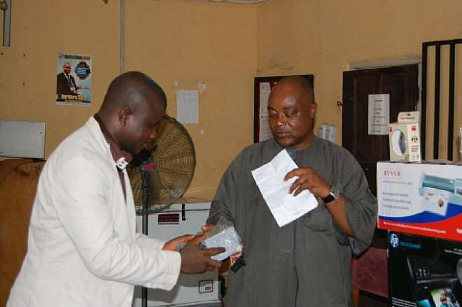 THE REP. OF PRINCE TONYE PRINCEWILL, HANDING OVER THE EQUIPMENT TO THE PRESIDENT OF THE FEDERATED CORRESPONDENTS CHAPEL, NUJ, RIVERS STATE COUNCIL