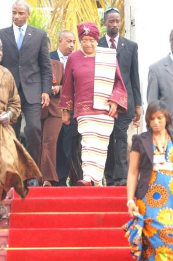 MRS JOHNSON-SIRLEAF, LIBERIAN PRESIDENT, LEAVING THE CASTLE, OSU AFTER MEETING WITH PRESIDENT MILLS