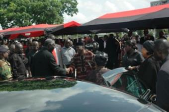 <br/>Vice President Alhaji Aliu Mahama welcomes his boss President John Agyekum Kufuor to the funeral grounds as others look on.<br/>Source: GNA