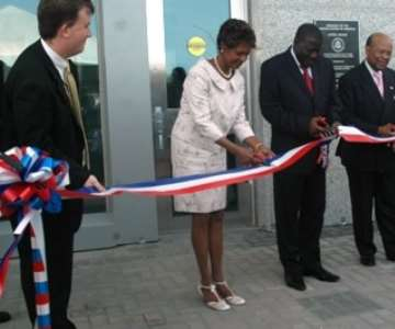 Vice President Aliu Mahama (middle) flanked by Ms Pamela Bridgewater, US Ambassador to Ghana (left) and General Charles Williams, Director of US Overseas Building Operations (right) simultaneously cutting the ribbon at the new US Embassy in Accra