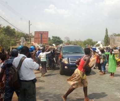 Hawkers at Atimpoku rushing to take a glimpse of President Mills