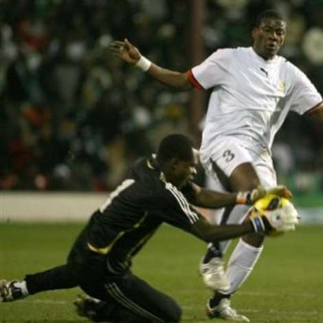 Ghana's Asamoah Gyan, right, challenges Nigeria's Vincent Enyeama during their International friendly soccer match at Griffin Park Stadium, London, Tuesday Feb. 6, 2007. (AP Photo/Graham Hughes )