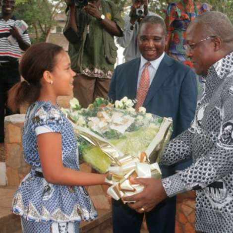 NOSLEM44 662 IDA PRINCESS HARDINYMAR -10 YEARS OLD OF ACHIMOTA PRIMARY SCH. WELLCOMING VICE-PRESIDENT J. MAHAMA WITH A BOUQUET AT THE SCHOOL'S PREMISES .