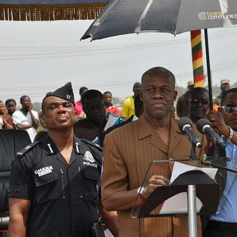 DSC 0139.VEEP KWESI AMISSAH-ARTHUR ADDRESSING THE CONTRACTORS AND THE PEOPLE OF KPONE TRADITIONAL AREA.
