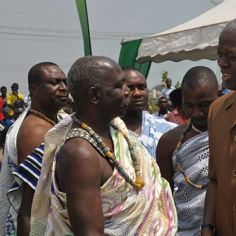DSC 0207. VEEP AMISSAH-ARTHUR IN A CHAT WITH THE KPONE CHIEF NII TETTEH OTU II .
