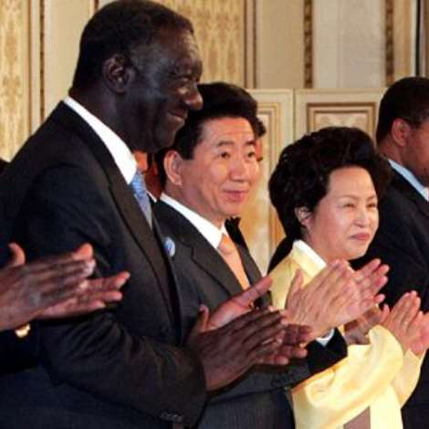 resident Roh Moo-hyun, second from left, applauds with first lady Kwon Yang-suk, on his left, and leaders of African nations during a dinner to mark the Korea-Africa Forum at Chong Wa Dae, Wednesday.