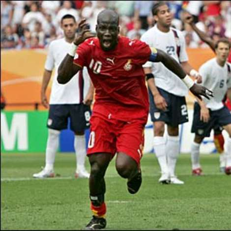 Just three minutes later the USA are back on level terms, Clint Dempsey smahsing home DaMarcus Beasley's cross