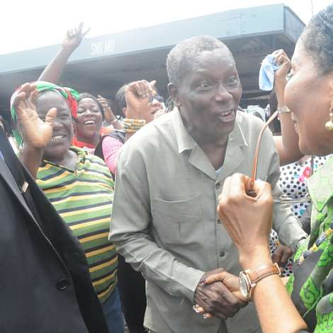 FIRST LADY, NANA LORDINA BEING WELCOMED TO USHER POLYCLINIC IN JAMES TOWM BY NII TACKIE COMEY, FORMER MP FOR ODODODIODIO WITH JUBILANT CROWD