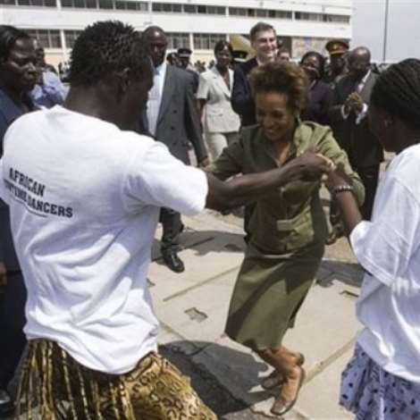 Governor General of Canada Michaelle Jean takes part in a dance while the President of Ghana John Agyekum Kufuor looks on during an arrival ceremony for Jean at Kotoka airport in Accra, Ghana, Monday, Nov. 27, 2006. The governor general will spend five days in Ghana during her state visit. (AP PHOTO/CP,Fred Chartrand)