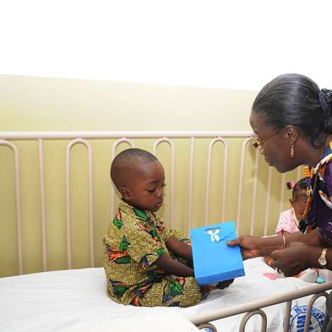 MRS. MATILDA AMISSAH-ARTHUR AT CHILDREN,S WARD AND DONATES PARCELS TO CHILDREN IN ADMITION