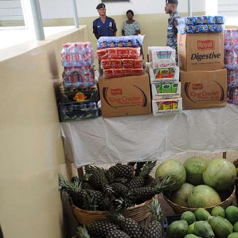 MRS. MATILDA AMISSAH-ARTHUR PRESENTS FRUITS AND DRINKS TO THE DOCTORS AND NURSES OF THE HOSPITAL (2)